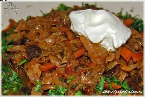 тушёная капуста с мясом и грибами